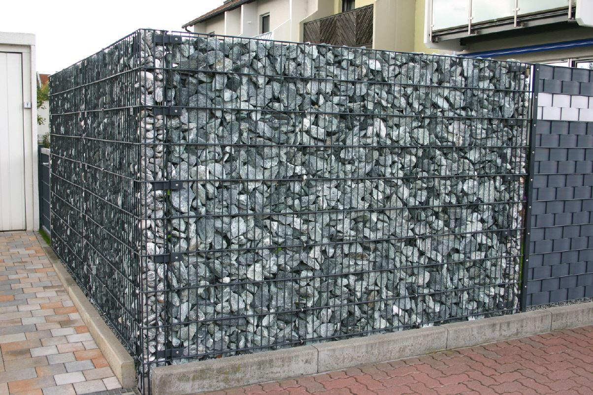Steinkorbwand Mit Drahtpfosten